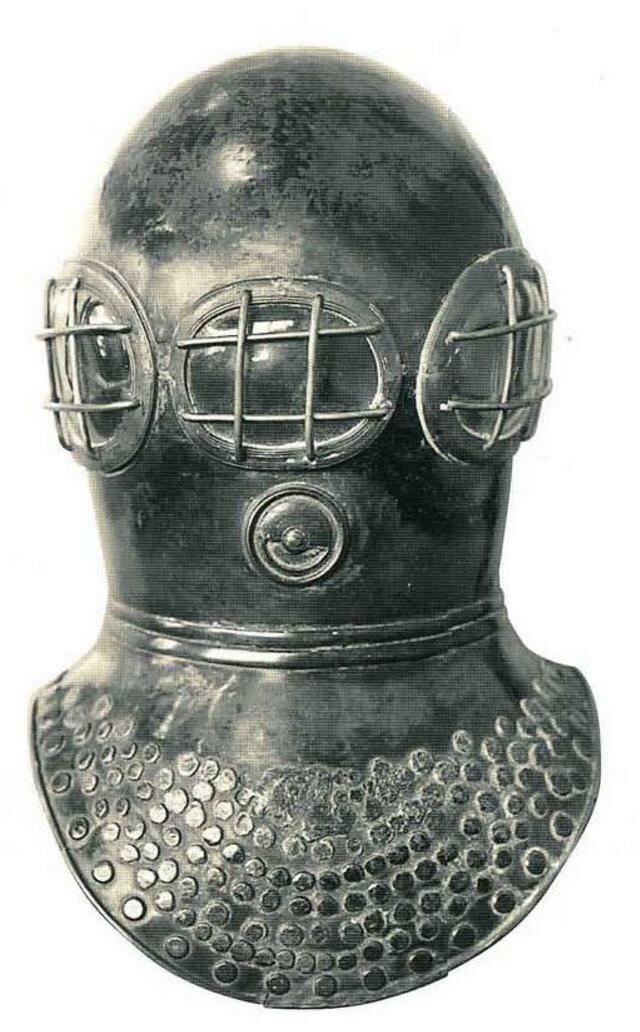 В 1823 г. англичане братья Джон и Чарльз Дин получили патент на вентилируемый скафандр для пожарных, который они в 1828 г. предложили использовать для водолазных работ