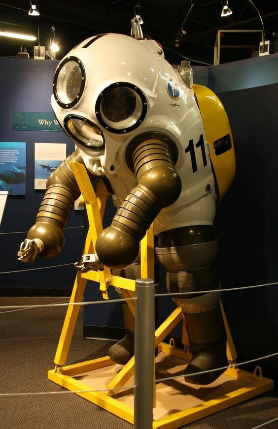 Скафандр, позволяющий водолазу значительное время работать на глубине 300 метров без долгого процесса декомпрессии, 1974.