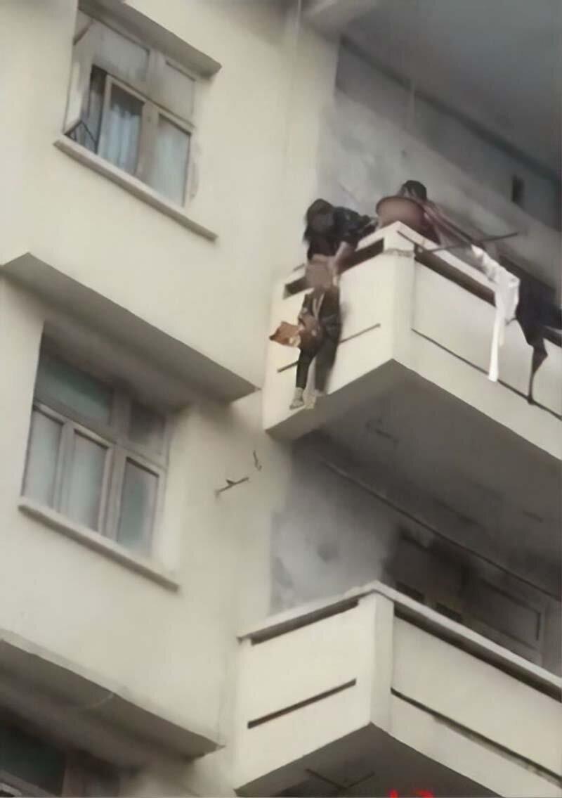 Миссия невыполнима: Бабушка свесила своего 7-летнего внука с балкона, чтобы спасти кошку