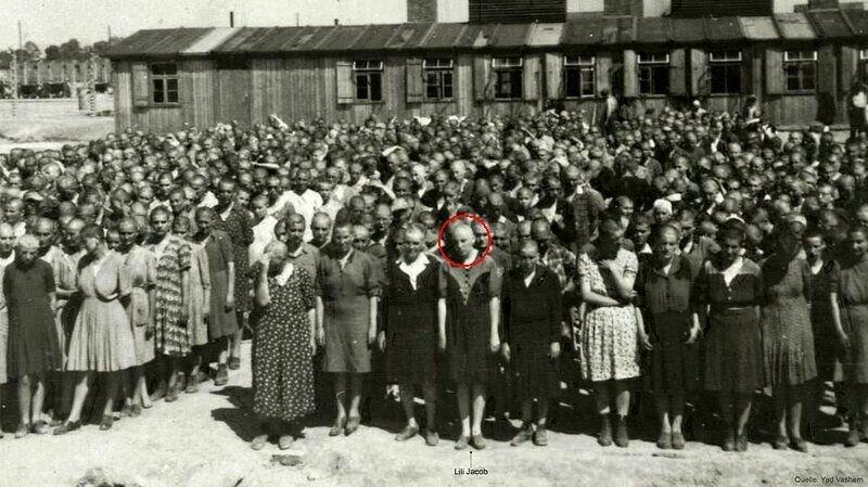 Лили Якоб - одна из этих девушек с обритыми головами, стоит в центре в первом ряду
