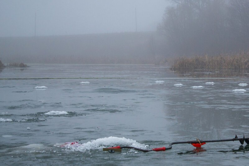 300 рыбаков уплыли в море на льдине