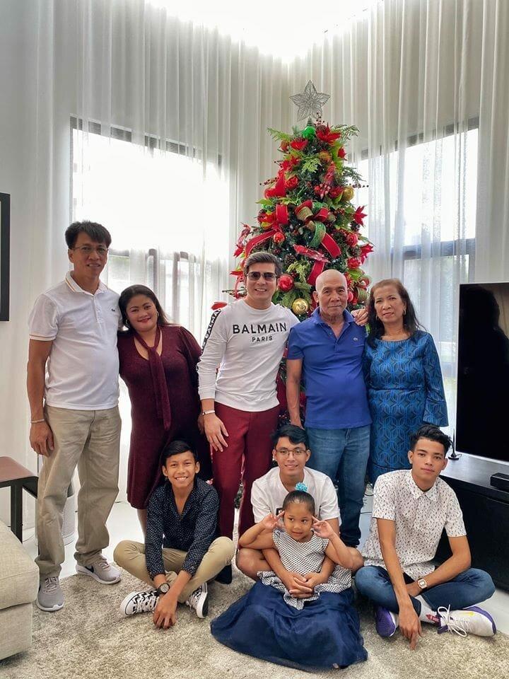 Филиппинская семья усыновила мальчика, а спустя годы он отплатил им добром за добро