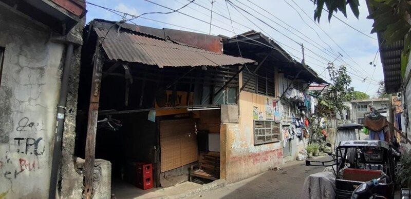 В те времена семья жила в старом доме, в котором не было нормальных условий