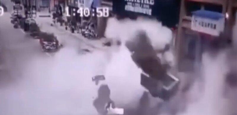 Китайская семья взлетела на воздух, уронив петарду в канализацию