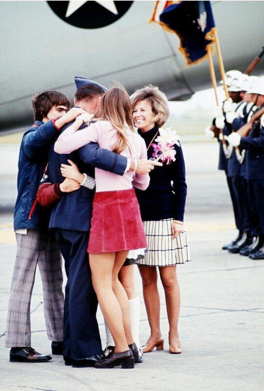 Знаменитое фото: Семья встречает пилота из плена - неожиданная история