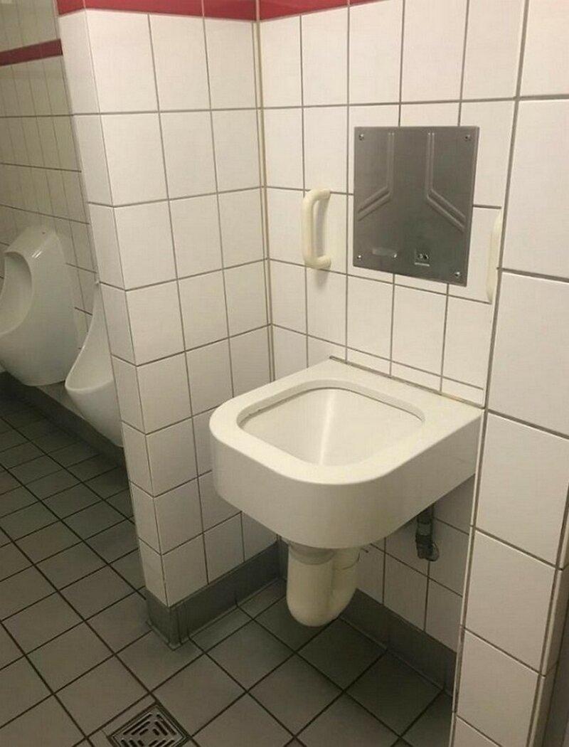 Какой-то странный писсуар в туалете в Кельне