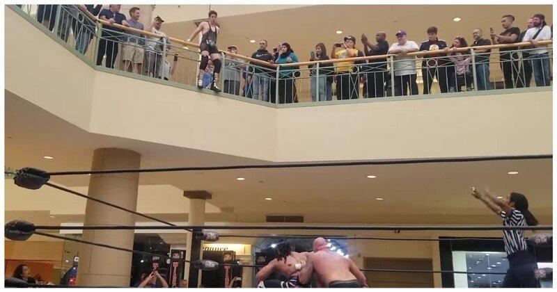 Зрелищный прыжок рестлера совторого этажа (1фото+1видео)