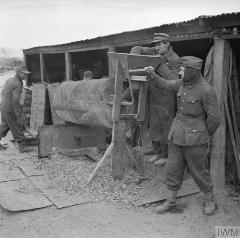 Немецкие военнопленные сортируют боеприпасы для переработки