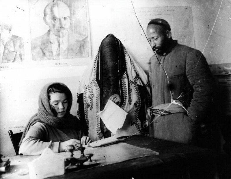Молодожёны в ташкентском ЗАГСе, 1930-е. Фотограф Георгий Зельма