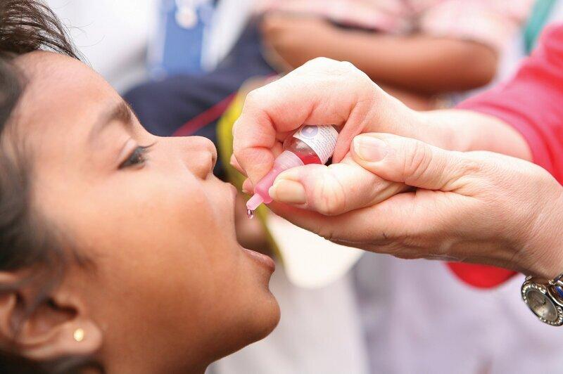 Полиомиелит -  это высоко контагиозное заболевание, вызванное полиовирусом. Он поражает нервную систему и может вызвать паралич или даже смерть всего за несколько часов.