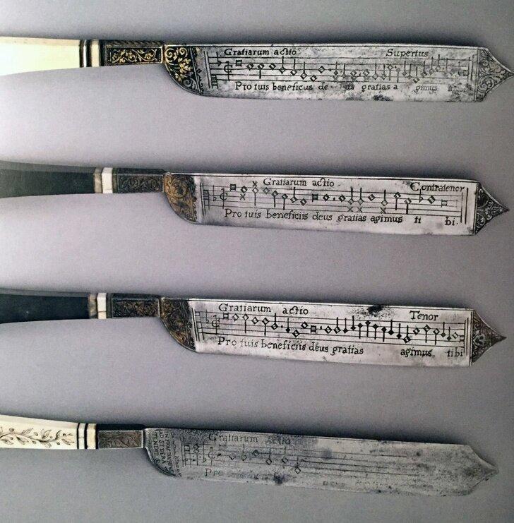 11. Зачем на лезвиях ножей записаны ноты?