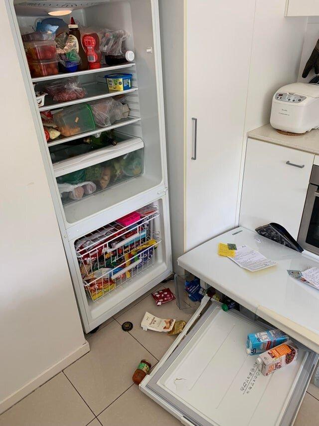 8. Дверь холодильника решила, что с нее хватит