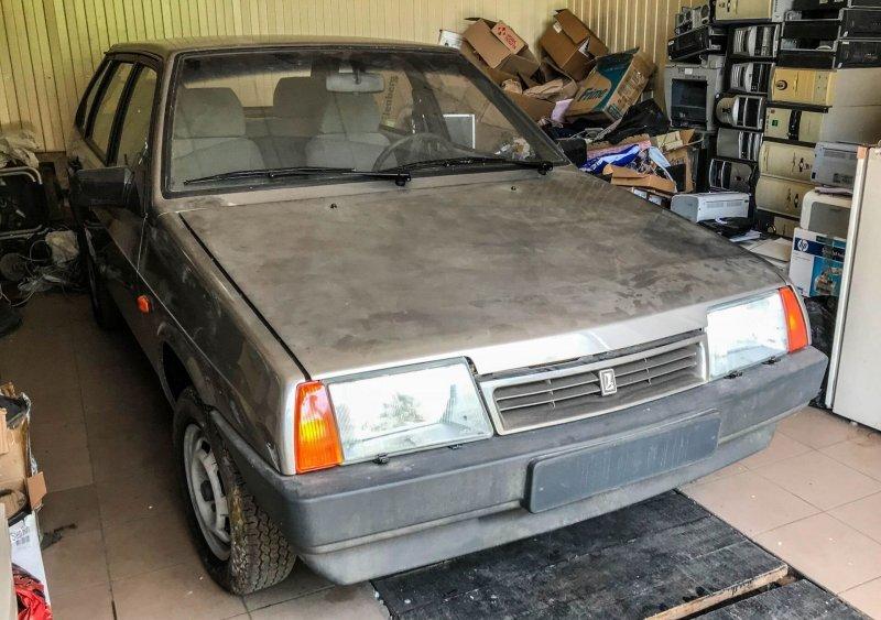 Это не тот гараж, где машина простояла 30 лет: сюда ее уже перегнали наследники