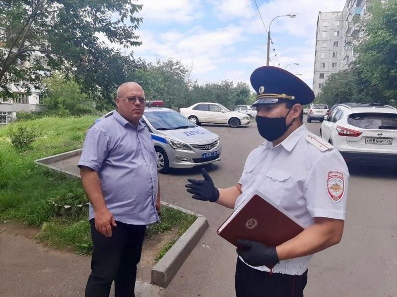В Красноярске маленькая девочка выбежала из подъезда и попала под машину