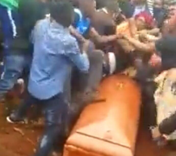 Толпа разъяренных мужчин устроила драку на похоронах