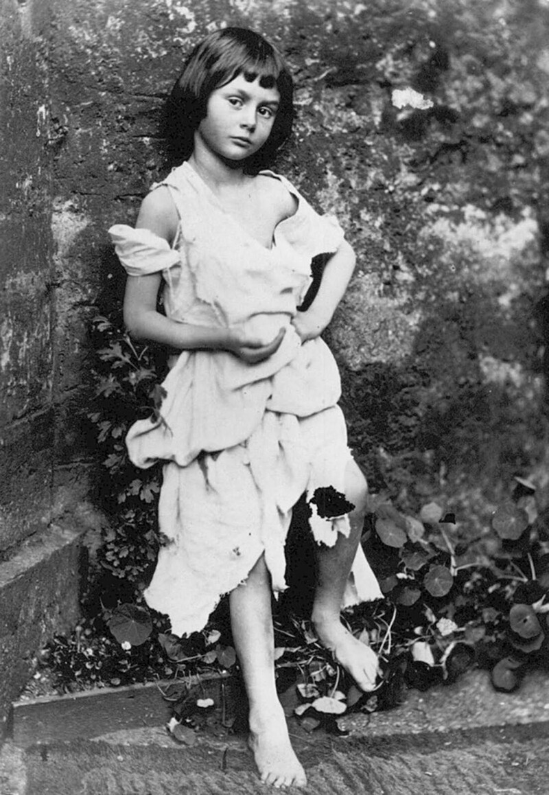 Алиса в образе маленькой нищенки, 1858 г.