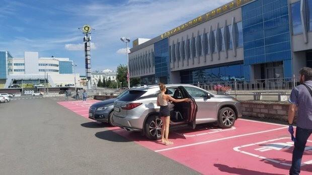 Феминистки и ГИБДД рады: в Казани закрасили легендарную розовую парковку