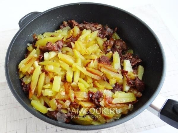 Готовим любимый рецепт жареной картошечки с добавлением тущенки