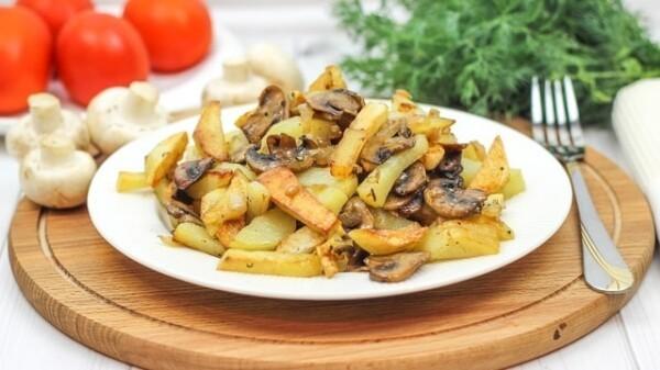 Как пожарить картошку с шампиньонами и луком на сковороде с хрустящей корочкой