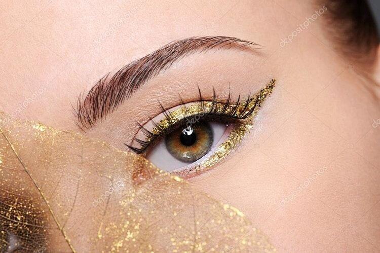 Золотые позволяют сделать красивые, блестящие глаза. Актуальны такие стрелки для праздника. Сочетаются с теплым тоном кожи и золотой отделкой одежды.