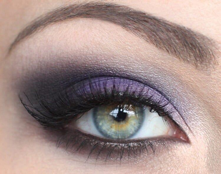 Фиолетовая краска подводки делает взгляд более дерзким и ярким. Такое смелое решение уместно для стильных особ, не боящихся привлечь повышенное внимание. Губы в этом случае не стоит красить яркой помадой.