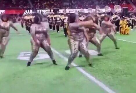 Безоговорочная победа бодипозитива: американская футбольная команда обзавелась тучными черлидершами