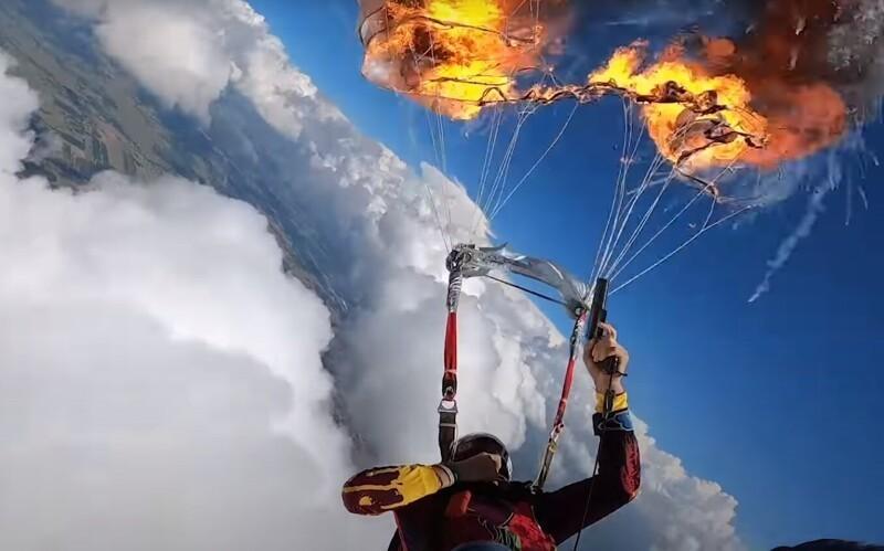 Спортсмен поджёг свой парашют вовремя полёта