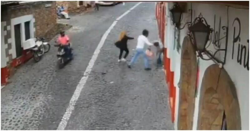 Уличный грабитель пожалел, что вырвал сумку из рук женщины