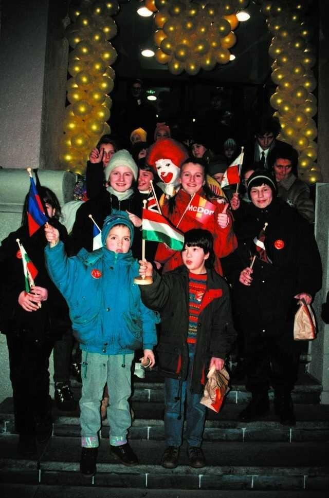 Торжественное открытие первого в городе ресторана McDonald's. Минск, Беларусь,10 декабря 1996 года.