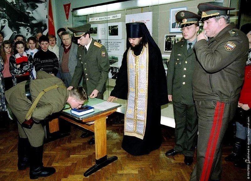 Призывник принимает присягу на библии, Москва, февраль 1994 года