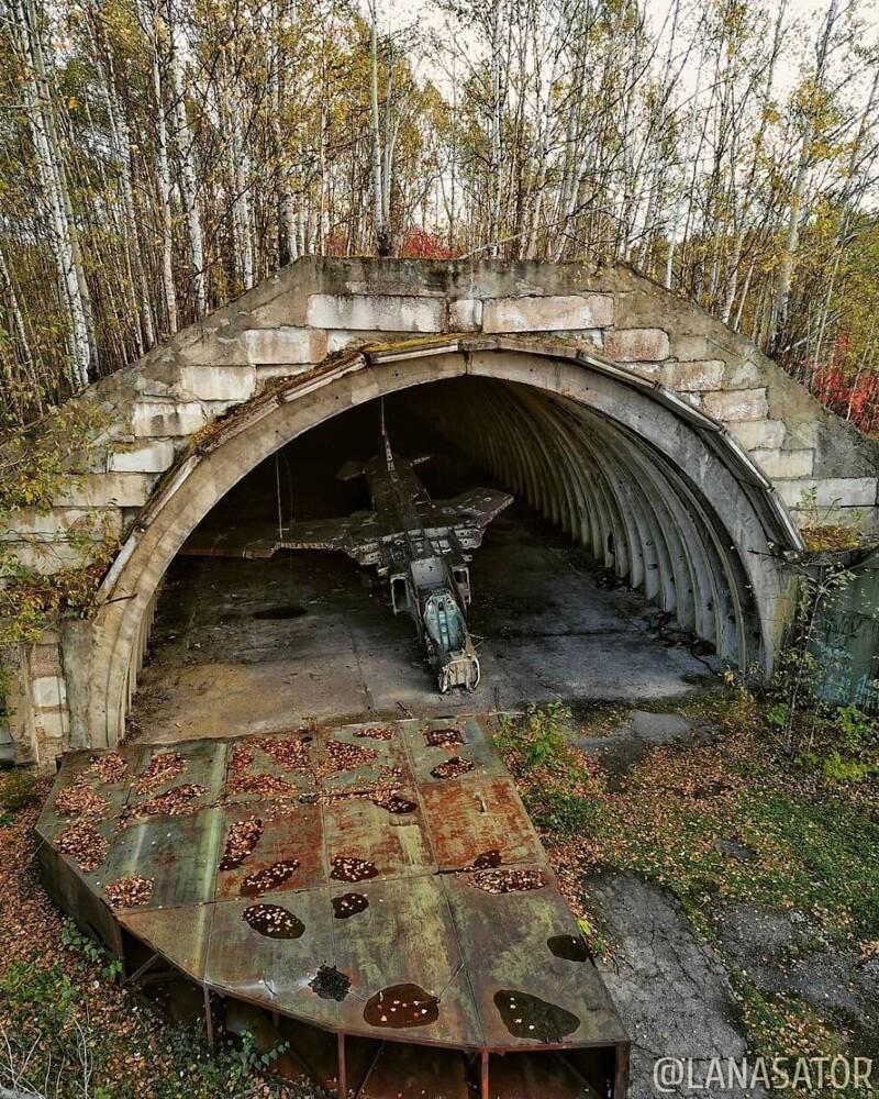 Кроме пары брошенных истребителей третьего поколения МиГ-23: