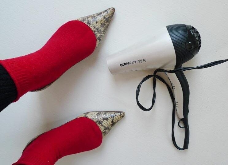 Если жмут туфли по ширине, использовать фен
