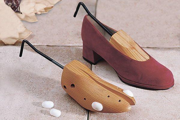 Натереть внутреннее покрытие воском, установить в туфли колодку