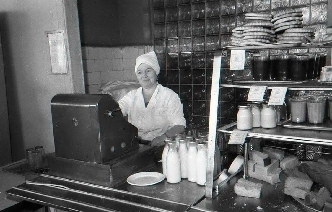 Жареная картошка, буханка хлеба и компот: 20 фото чем кормили студентов, рабочих заводов и военных в советских столовых