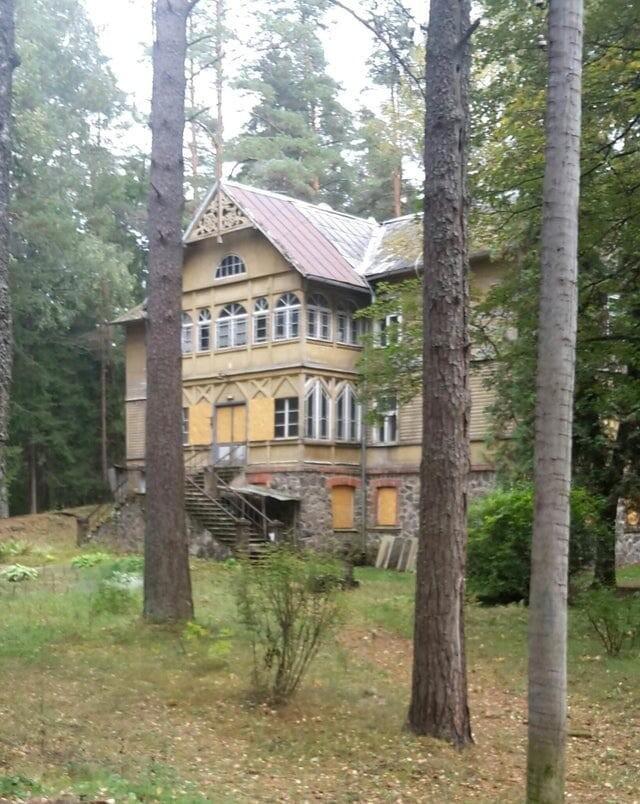 9. Заброшенный дом в лесу