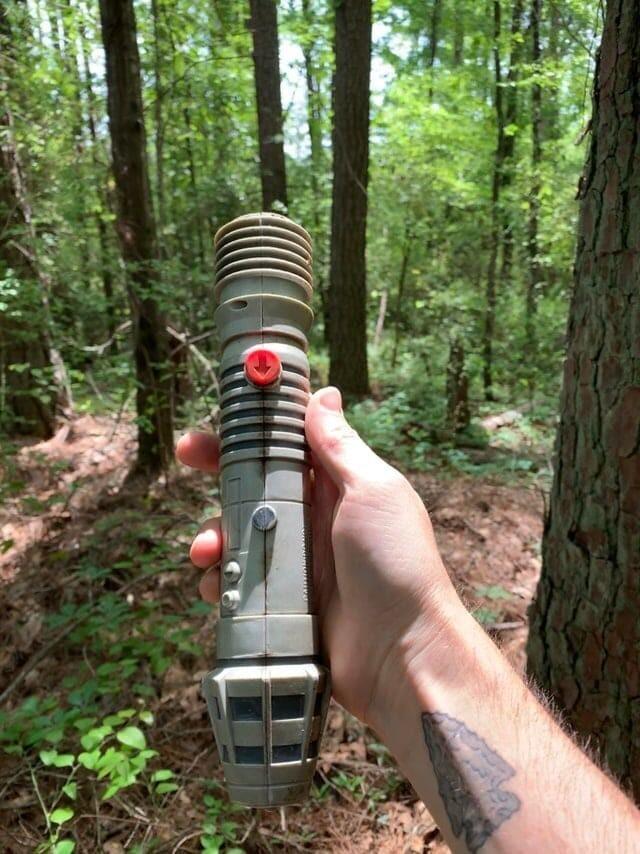 10. Я нашёл старый световой меч в лесу