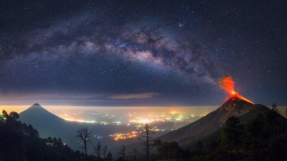 Млечный путь и вулкан в Гватемале