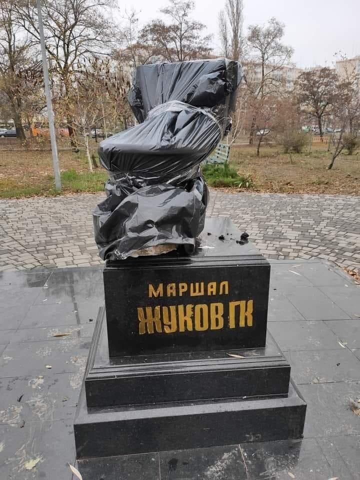 """На постамент памятнику маршалу Жукову в Одессе, """"патриоты"""" взгромоздили унитаз. Конченные..."""