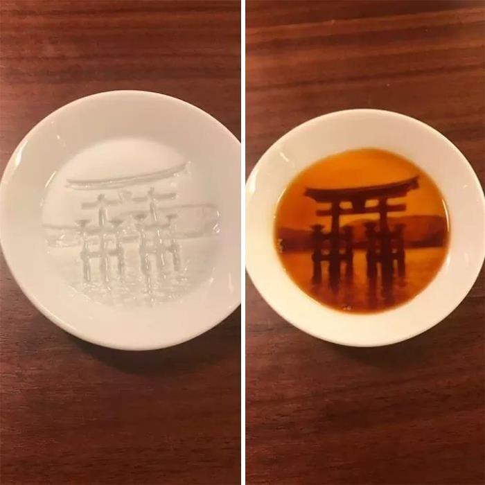 Блюдца для соевого соуса, рисунок на которых проявляется по мере наполнения