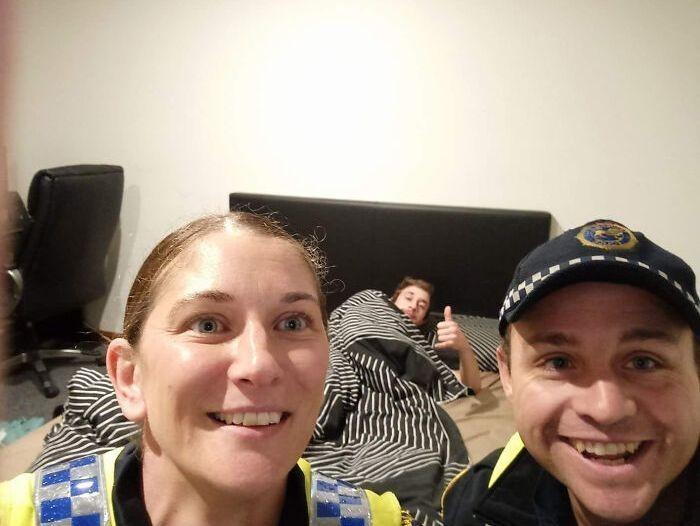 7. Когда парень проснулся после пьянки и благодаря фото на телефоне вспомнил, что домой его доставили полицейские