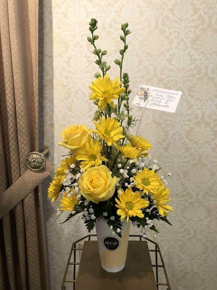 11. Когда местный Макдоналдс прислал семье цветы после смерти дедушки, который был их постоянным клиентом