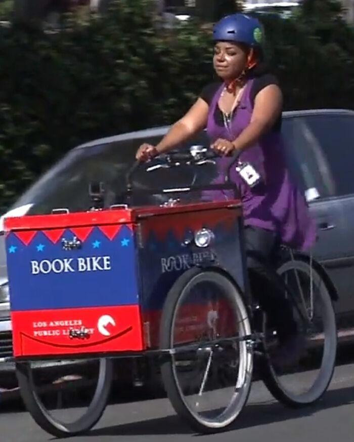 14. Когда библиотекарь в разгар пандемии колесила по городу с книгами, чтобы привлечь юных читателей