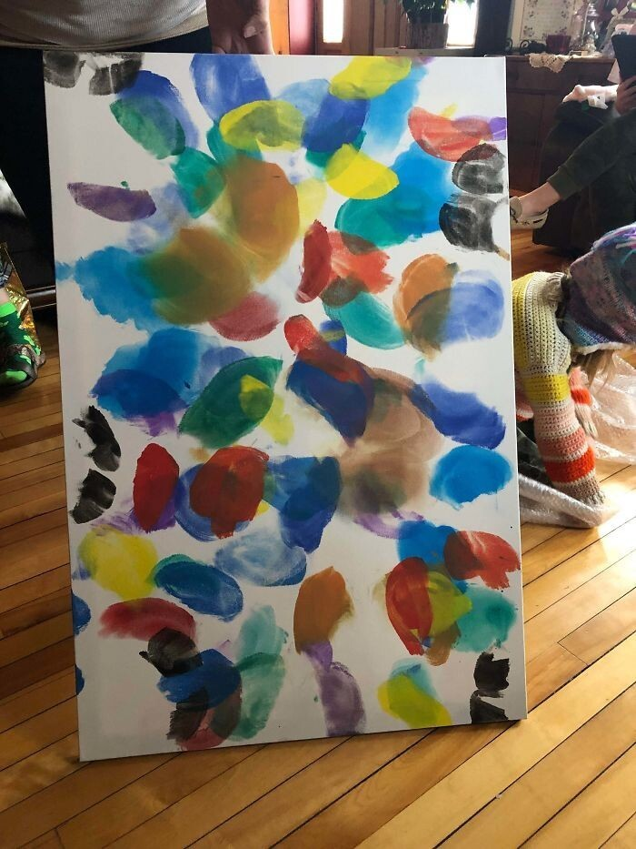 """""""Я попросил у семьи в подарок какую-нибудь картину, чтобы украсить пустые стены на съемной квартире. Получил картину """"Бабочки"""", целиком состоящую из отпечатков ягодиц моих племянниц"""