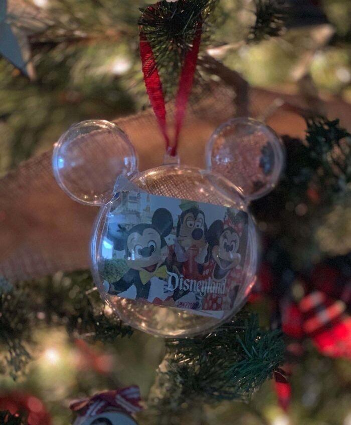"""""""Я купил жене и детям поездку в Диснейленд. Повесил подарок на елку - а они его так и не заметили"""""""