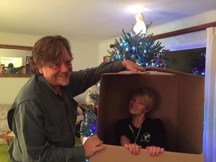 """""""Я сказала отцу, что не приеду домой на Рождество. Но я пролетела 5000 километров и упаковалась в коробку под елкой"""""""
