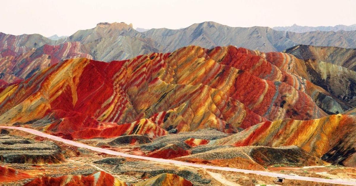 Радужные холмы Китая — одно из самых необычных мест планеты