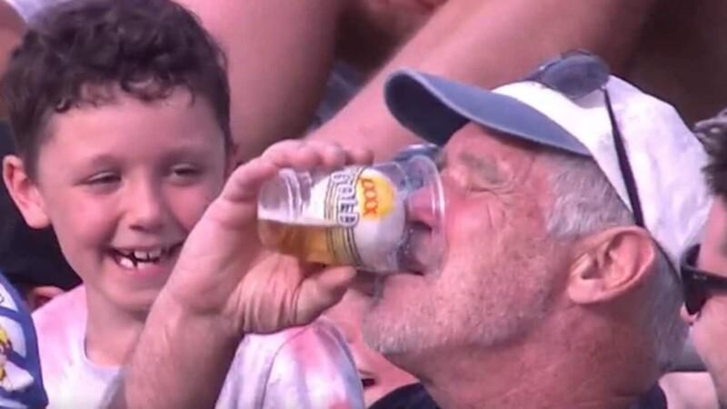 Пожилой фанат крикета поймал мячсвоим бокалом вовремя матча