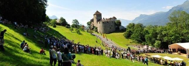 10. Когда в Лихтенштейне празднуется Национальный день, по традиции всех желающих приглашают на вечеринку в княжеский дворец