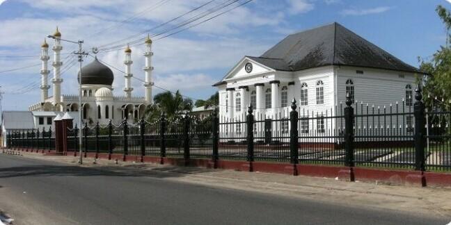 8. В Суринаме (Южная Америка) есть местечко, где на одной улице рядом построены мечеть и синагога