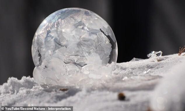Вотчтопроисходит смыльными пузырями наморозе!
